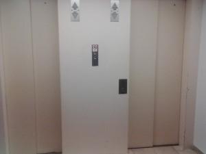 Benutzen Sie den Aufzug